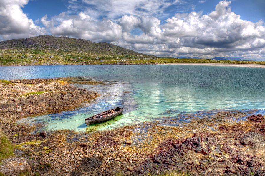 Roeibootje in verlaten Gurteen Bay aan de westkust van Ierland