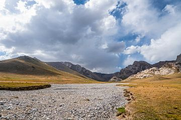 Opgedroogde rivier met yurt nabij Chatyr Kul van Mickéle Godderis
