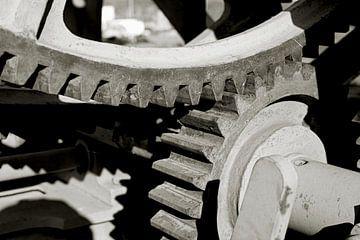 Zahnräder an einem historischen Kran im Handelshafen in Magdeburg von Heiko Kueverling