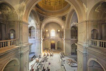 imposante verlaten kerk sur Kristof Ven
