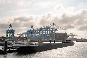 Schiffscontainerterminal im Hafen von Rotterdam mit einem Lastkahn im Vordergrund von Sjoerd van der Wal