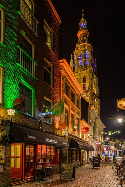 Breda in de avond (vanuit de schoolstraat) van Alex Riemslag