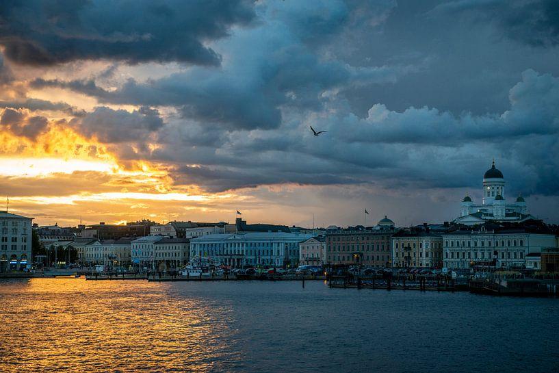 Helsinki bij zonsondergang / Helsinki with sunset. van Ellis Peeters