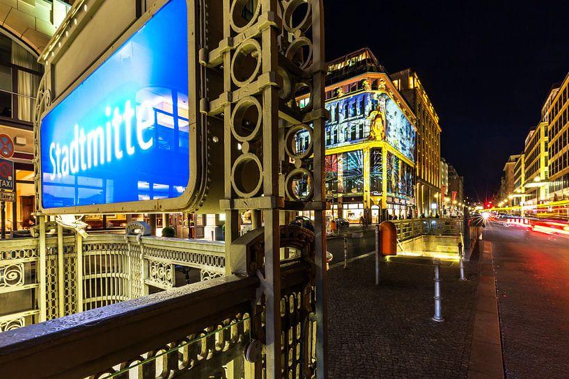 Station de métro Stadtmitte Berlin de nuit sur Frank Herrmann