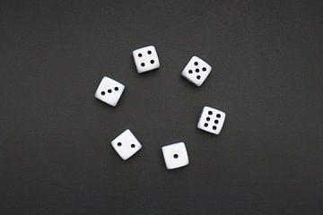 Sechs weiße Würfel in einem Kreis von Maarten Pietersma