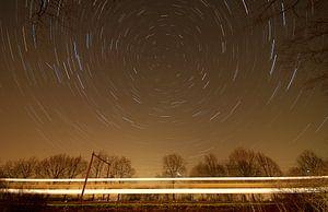 Nederlands landschap van een sterrenspoor bij treinspoor in de buurt van Scherpenzeel