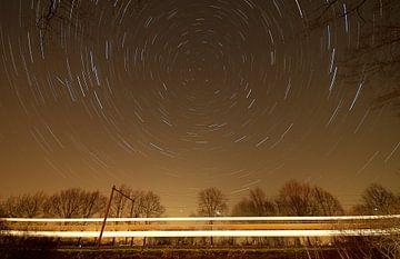 Nederlands landschap van een sterrenspoor bij treinspoor in de buurt van Scherpenzeel van