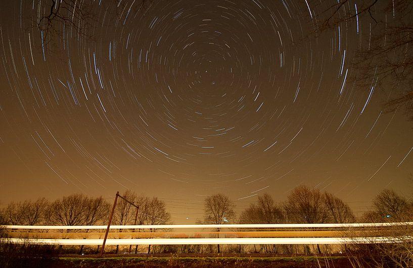 Nederlands landschap van een sterrenspoor bij treinspoor in de buurt van Scherpenzeel van Jeroen Bos