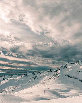 Sneeuwgebergte tijdens zonsondergang in de Franse Alpen van Mick van Hesteren