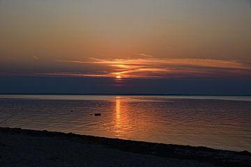 Zonsondergang aan de Kleine Belt in Denemarken van Tjamme Vis