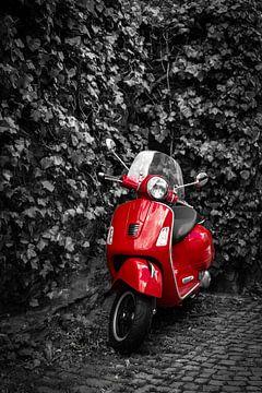 Motorscooter in rood op stoep en muur met klimop in zwart-wit als achtergrond van Dieter Walther