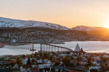 Sonnenuntergang in Tromsø, Norwegen || Reisefoto von Lappland von Manon Galama
