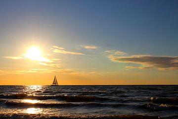 Segelschiff am Abend van Ostsee Bilder