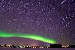 Noorderlicht/poollicht en Sterrenspoor in Rovaniemi, Finland van