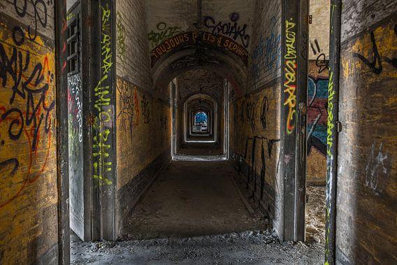 Tunnel   Diepte in een verlaten gebouw in Belgie van Steven Dijkshoorn
