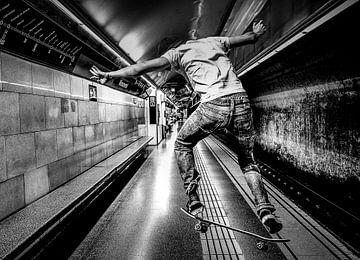 Skateboarder dans le métro sur Marcel van Berkel
