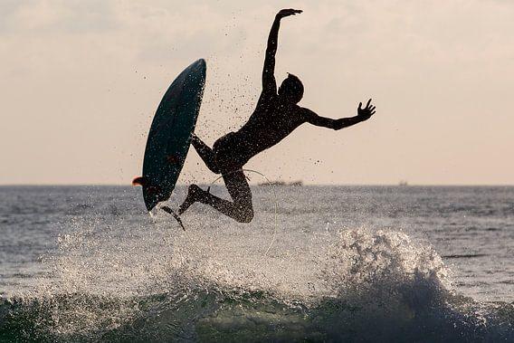 Surfer aan het strand van Seminyak Bali