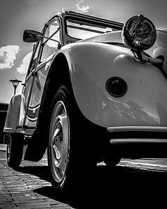 Citroen 2cv geparkeerd in de zon. van Jeroen Beemsterboer