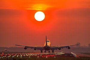 landend vliegtuig tijdens zonsopkomst van