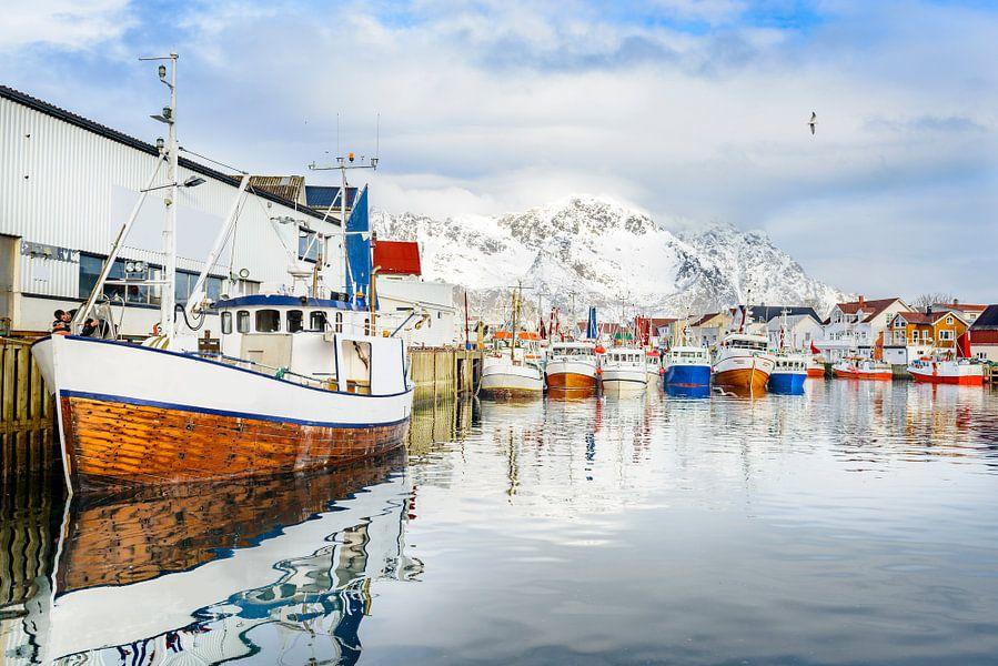 Vissersboten in de haven van Henningsvær Lofoten van Sjoerd van der Wal