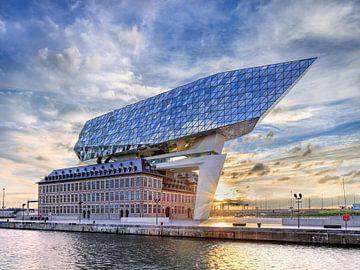 Anvers Port Maison contre le ciel incroyable au lever du soleil 2 sur Tony Vingerhoets