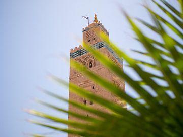 De Koutoubia moskee en palmboom in Marrakesh van Teun Janssen