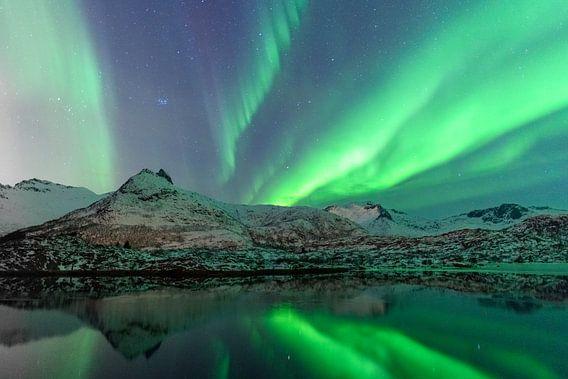 Noorderlicht of Aurora Borealis over de Lofoten eilanden in Noord-Noorwegen van Sjoerd van der Wal
