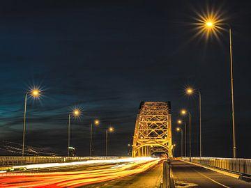 Waalbrug bij nacht van
