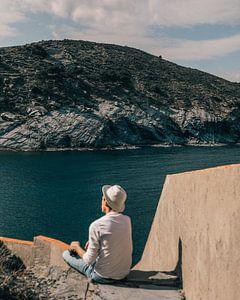 Jongen met hoed kijkt uit over de Mediterraanse zee van Colette der Kinderen