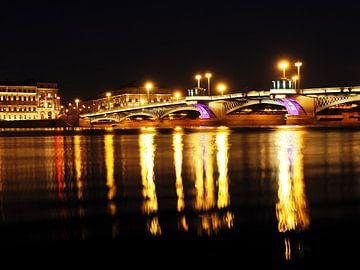 Verlichte brug bij nacht van Atelier Liesjes