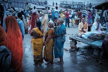 Indiaase dames staan klaar voor ritueel bad van Karel Ham