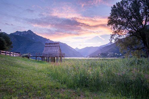 Oude hut in de bergen in Italië van