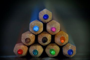 Gekleurde piramide van potloden van Martin Van der Pluym