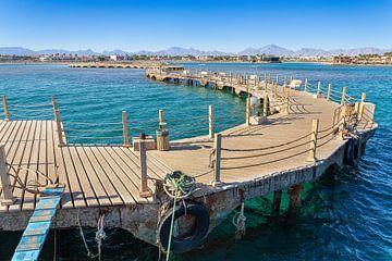 Landschap met bochtige houten steiger in Egyptische zee van Ben Schonewille