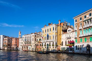 Uitzicht op het Canal Grande met gondel in Venetië van Rico Ködder