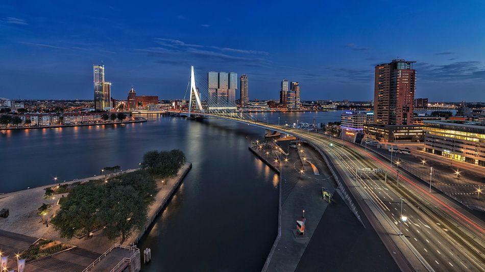Rotterdam in avondlicht van Rob van der Teen