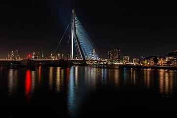 Erasmusbrug Rotterdam bij nacht met de skyline op de achtergrond. van Brian Morgan