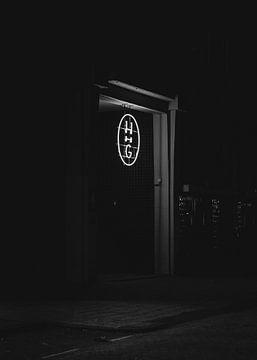 Der Eingang zum Industriegebäude bei Nacht von Koen Verburg