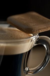 koffiekopje met koffiekoekje op de rand van