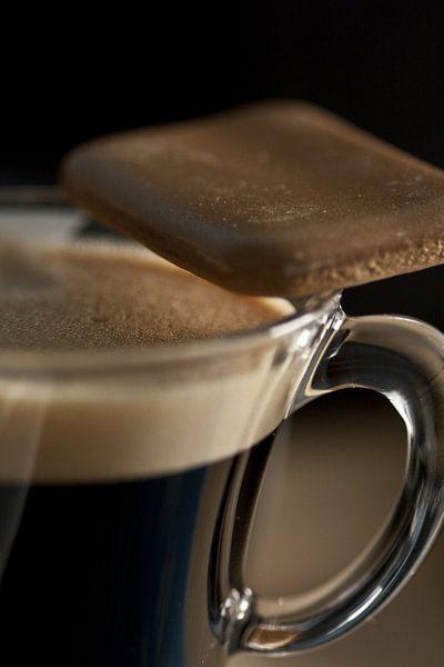 koffiekopje met koffiekoekje op de rand sur Margriet Hulsker