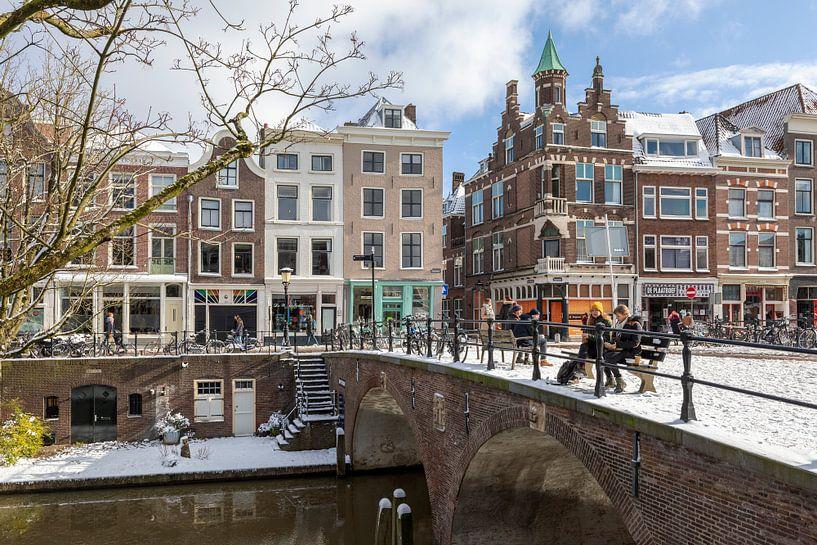 Oudegracht met Smeebrug in winterse sfeer, Utrecht. van André Russcher
