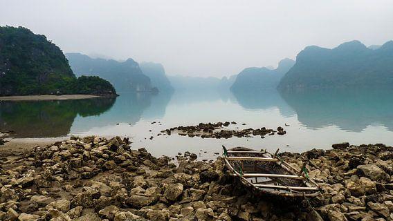 Boot op stenen in baai