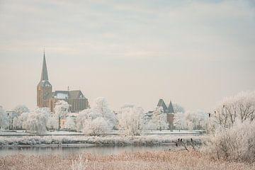 Blick auf Kampen am Fluss IJssel im Winter von Sjoerd van der Wal