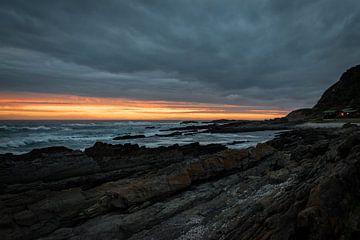 Bewölkter Sonnenuntergang über Felsen in Südafrika (Tsitsikamma) von Wolfgang Stollenwerk