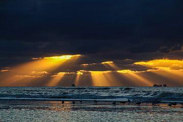 Sonnenstrahlen kämpfen sich durch die Wolken. von Arie  van Duijn