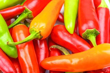 Hoop van hete rode, oranje en groene Chili-paprika's voor gekruid eten van Sjoerd van der Wal