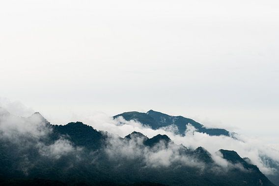 Pu Luong bergtoppen omgeven door wolken