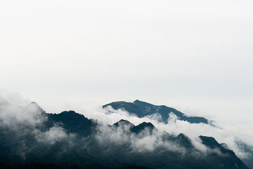 Pu Luong bergtoppen omgeven door wolken van Ellis Peeters