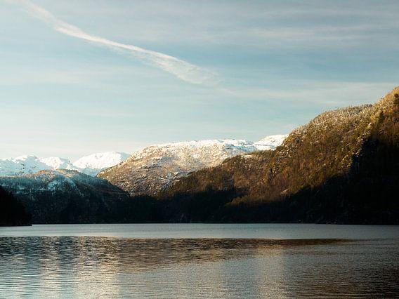 Besneeuwde bergtoppen in Noorwegen