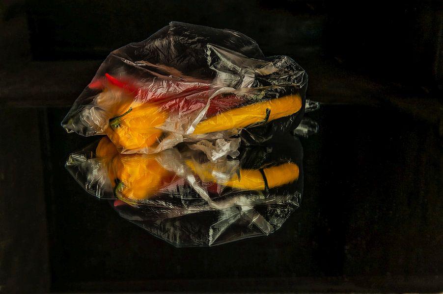 Pepers in plastic van Cees Petter